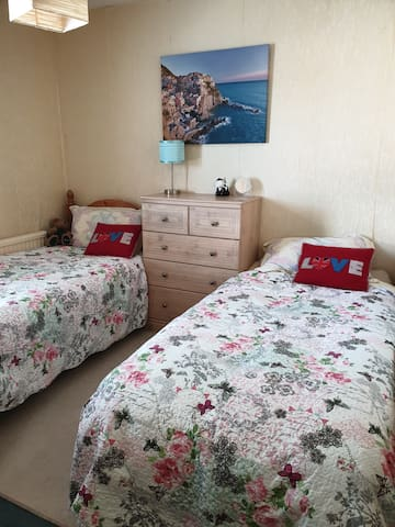 Twin / family room  2.8 mile from,Gatwick Airport.