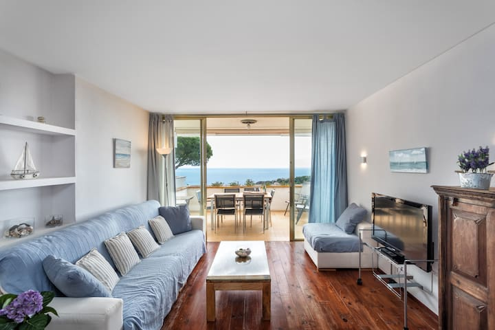 Great apartment with nice views to the sea.
