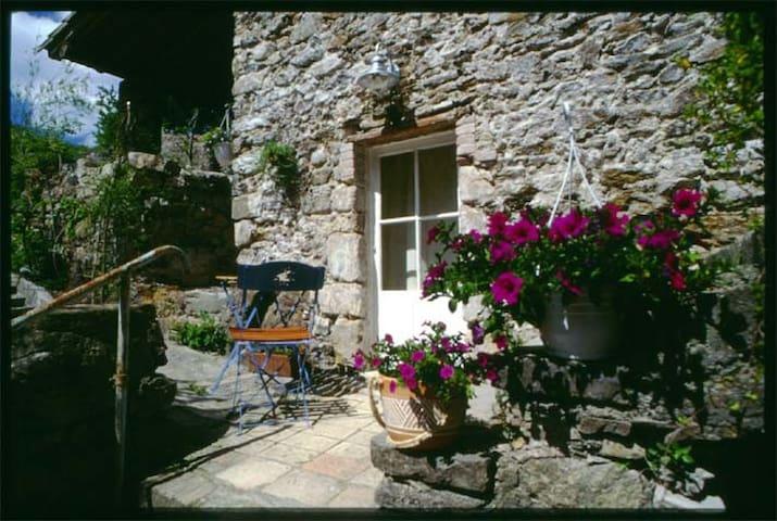 Au bout d'un petit village encore préservé - Cros - Gästehaus