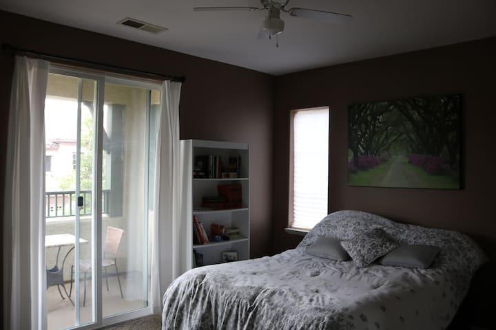 Spare bedroom, queen bed.