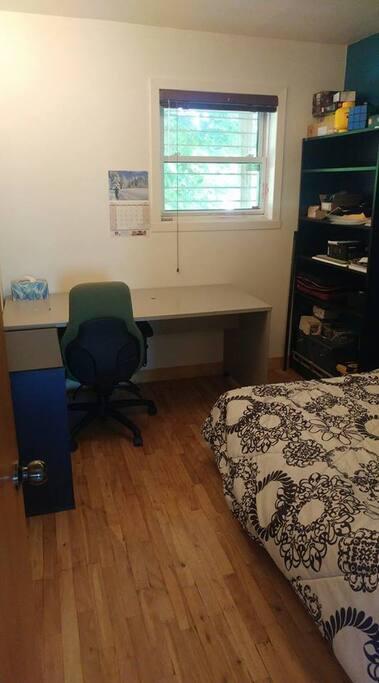 chambre lit double et bureau