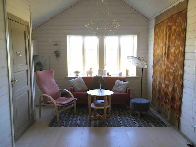 Bo i  en charmig ombyggd Hälsingelada (gästdelen)