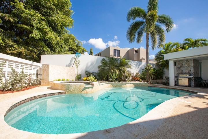 Beautiful family house with salt water pool!