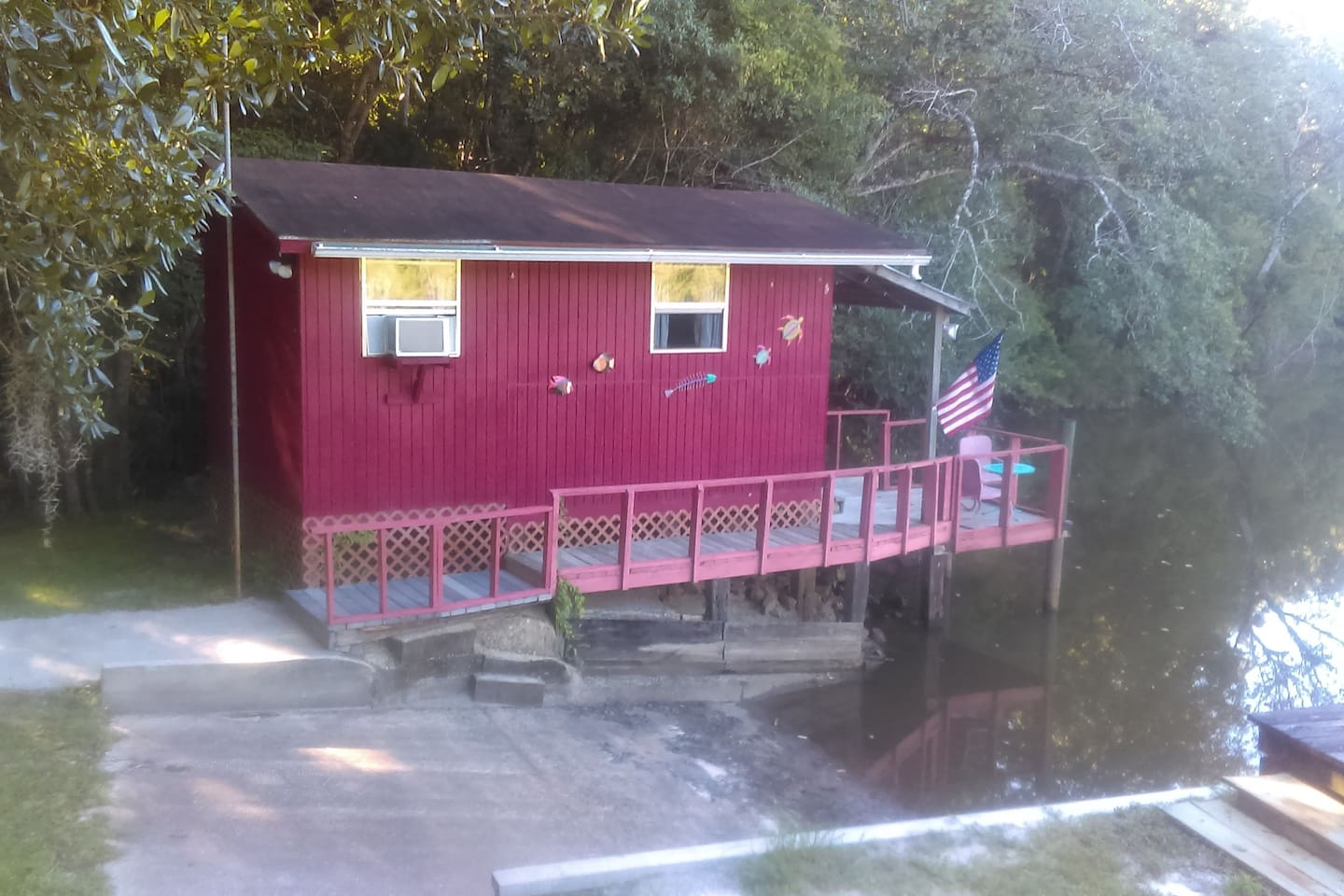 Cabin on Choctawhatchee River with boat ramp