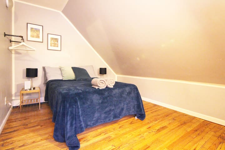 Charming Room In Artistic Home Near Express Metro