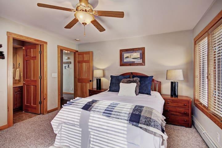 Main level queen bedroom with en suite bathroom.