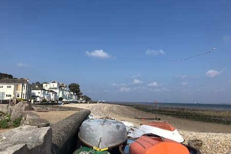 Bright, seaside Cottage, 100 yards from beach.