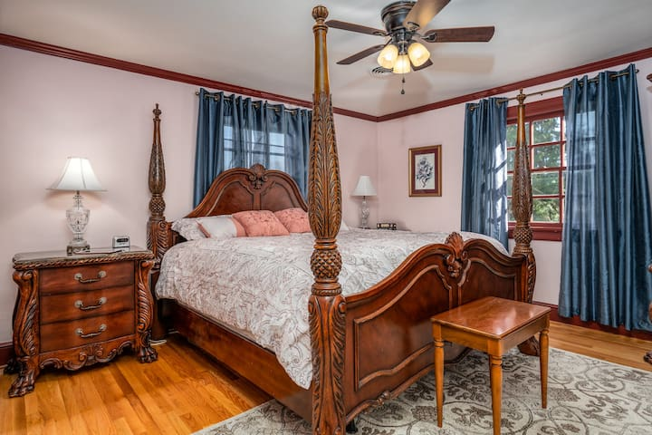 King Suite, with private bath & study on 2nd floor