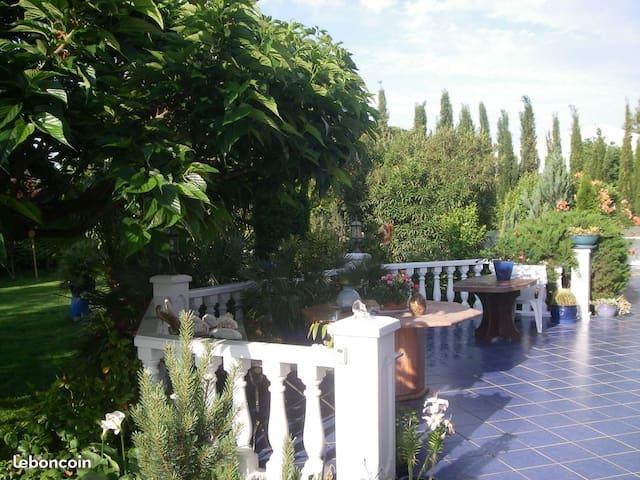 Villa de 230 mètres carrés et grand jardin