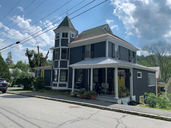 Beautiful Woodstock Village home next to the Inn
