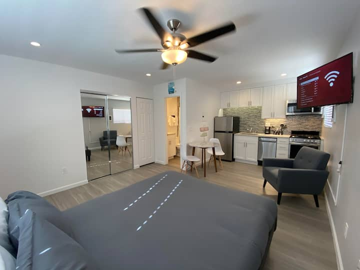 Remodeled Studio 2 Blocks from the Bay!! (#408)