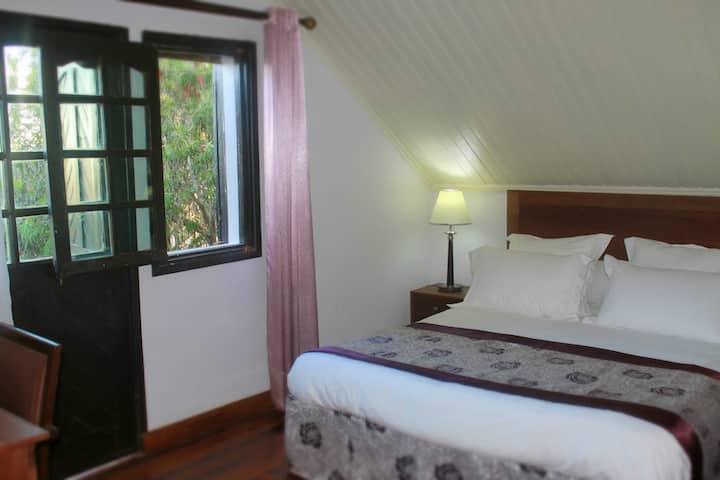 Chambre privée avec balcon et sdb, vue sur jardin