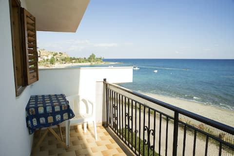 Apartment with 2 bedrooms in Palizzi Marina, with wonderful sea view and enclosed garden - 10 m from the beach
