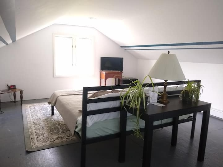 Loft at The Blue Horn Farm Stay 30min from Bburg