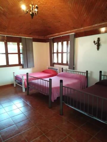 Tres camas matrimoniales baño con tina