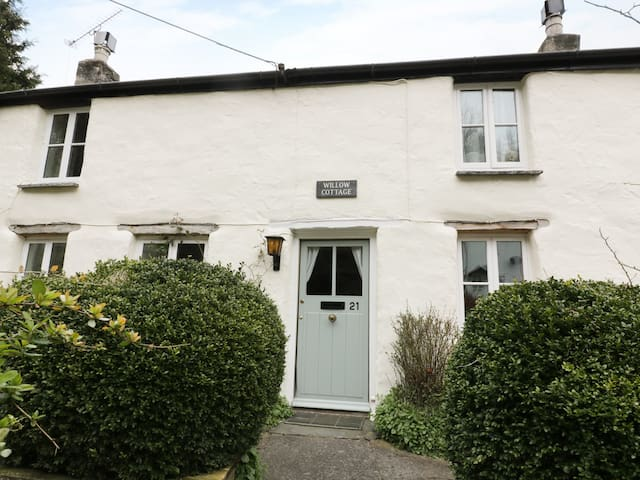 WILLOW COTTAGE, pet friendly in Wadebridge, Ref 978063