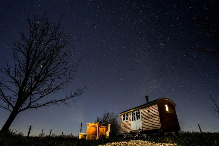 Astronomer Hut-glorious views-optional hot tub