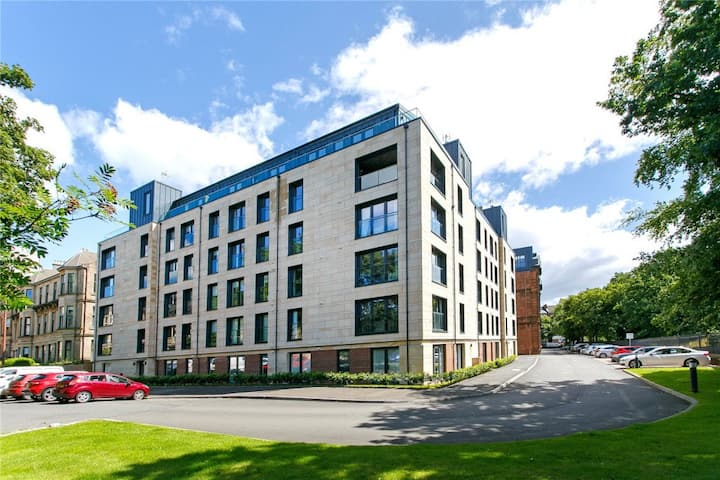 Lovely 2 Bed Flat with Roof Terrace & Free Parking
