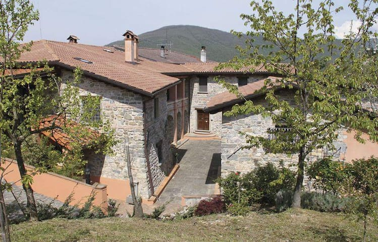 Beautiful country apt with pool, nr Cinque terre