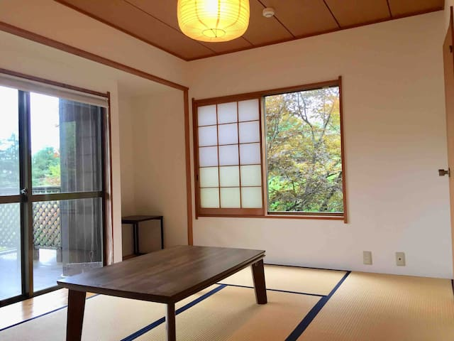 Japanese tatami room with spacious  balcony & private toilet. 2set of Futon. 広いバルコニーに面した トイレ付きの和室 布団二脚