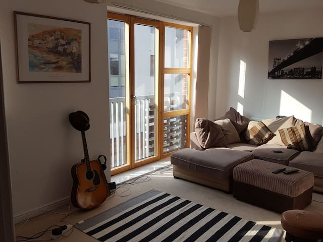 Modern 2 bed Bristol Temple Meads flat.