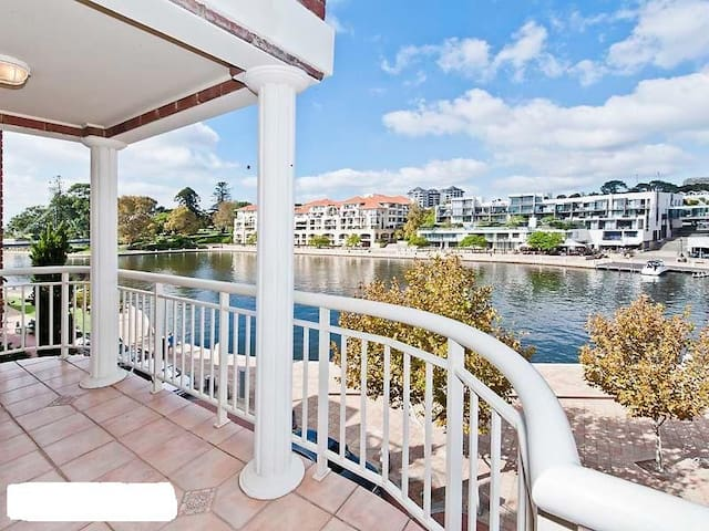 EXCLUSIVE WATERFRONT APARTMENT - East Perth - Apartment