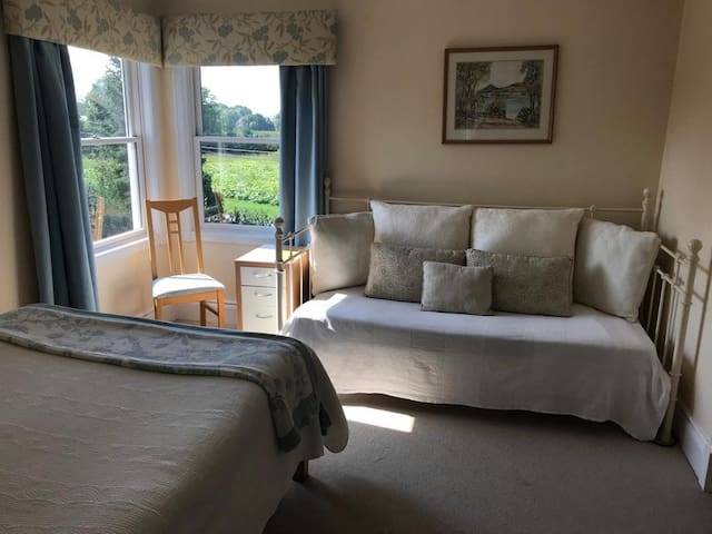Adjoins queen room, double bed and day bed, country outlook, closet, TV, WiFi, air conditioned