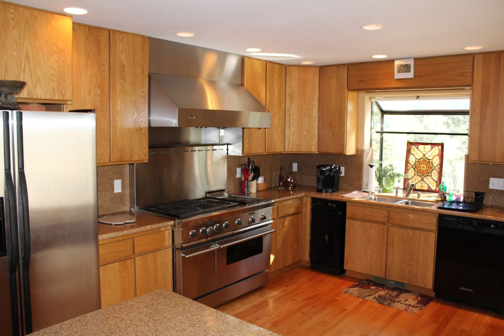 Well-appointed kitchen with a Viking  commercial stove