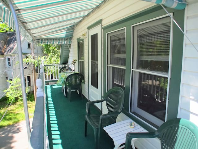 Close to Amp, 25 Waugh, Cathedral Ceilings, PORCH - Jamestown - Apto. en complejo residencial