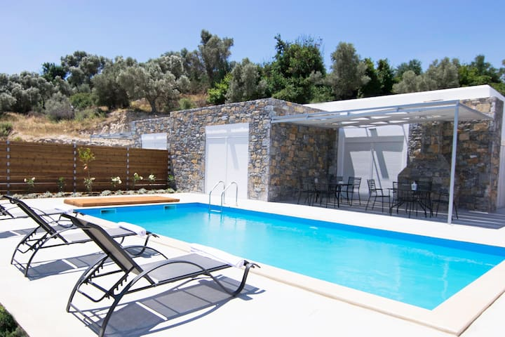 Private Pool,Great location & Views 3