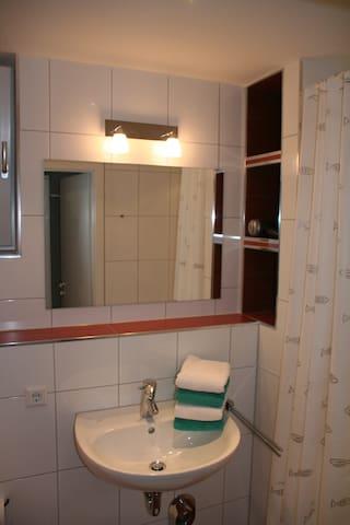 Das Bad hat ein eigenes kleines Fenster zum einfachen Lüften.