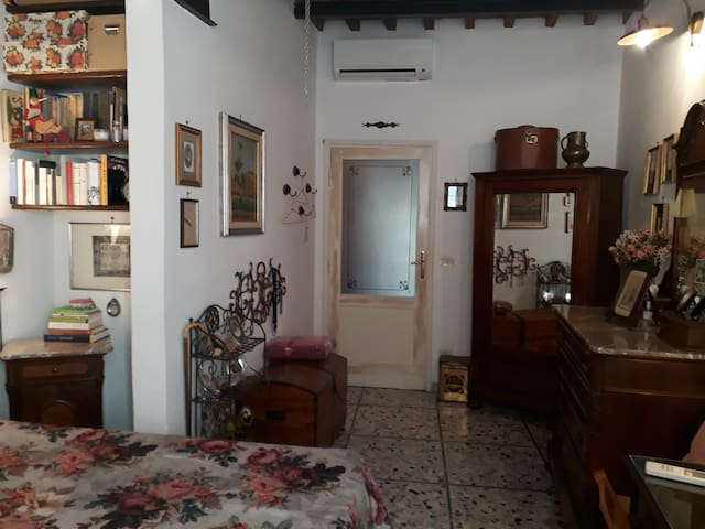 Comfortable double room in the heart of  old town.