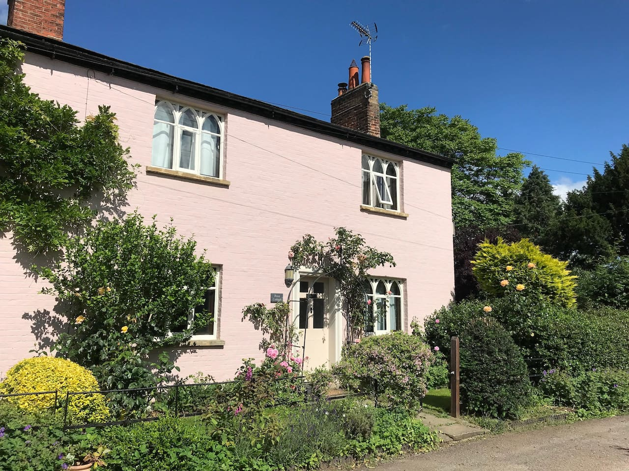 Rose Cottage is a delightful semi-detached period cottage on a quiet lane and is well situated for walks by the river.  It has a private walled courtyard garden to the rear and has Smart TV and high-speed broadband.  All amenities close  by.