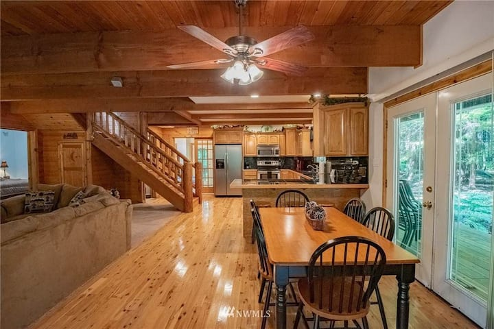 Beautiful home with a cabin feel at Lake Cushman