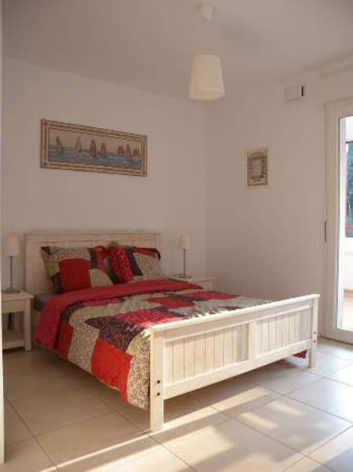 Chambre à coucher équipé d'un lit double 140x190 et un grand placard