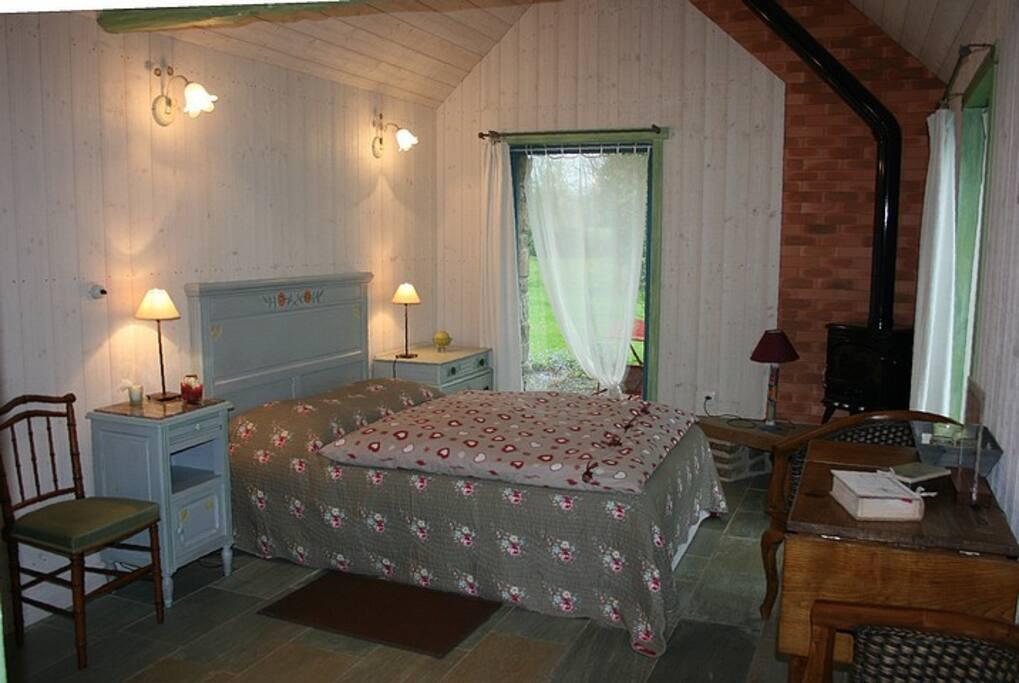 la chambre avec son poêle à bois