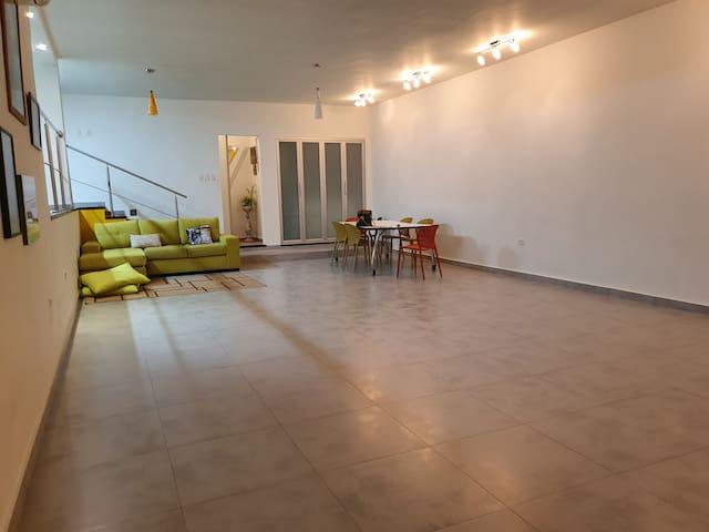 Loft space: artist studio- Couch where one person can sleep. Huge table for eating or working. Estudio de artista estilo loft. Sofá en el que cabe una persona para dormir. Mesa enorme de comedor o para trabajar. 6 puestos