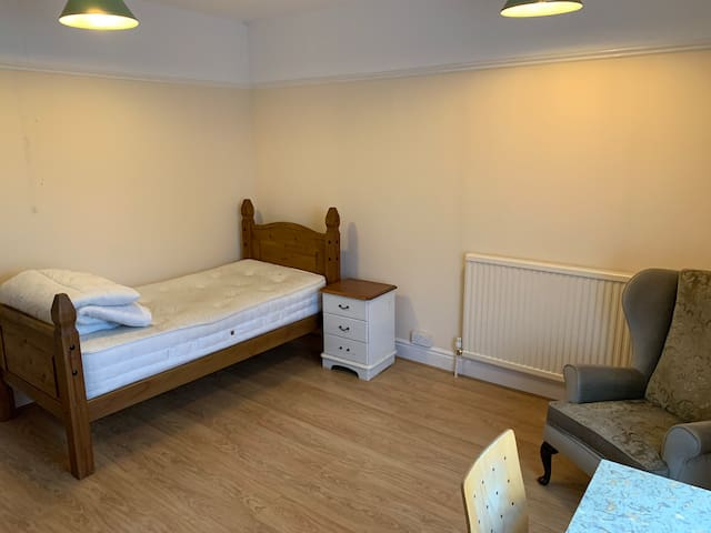 Large Spacious Room with 2 Single Beds
