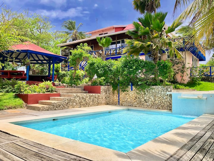 Amazing 5BR house, 3 min walk from the beach.