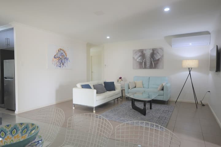Modern Elegance in central Bundy! *WiFi & Air Con*