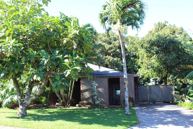 front entrance & yard of Hale Roselani