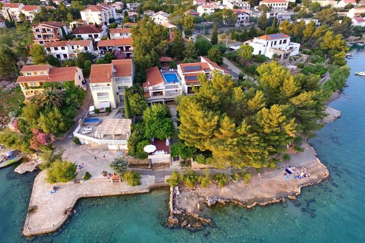Appartement charmant,  avec vue incroyable sur la mer, piscine partagée, directement sur la plage
