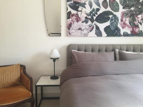 Modern studio full of vintage charm (AC, WiFi, TV)