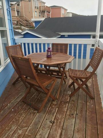 Havemøbler på altanen. Mulighed for at nyde udsigten mod byen, havet og diskoøen med kaffe.