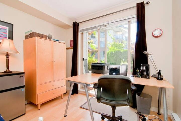 UBC cozy 1 BDRM in rad apt shared w/host