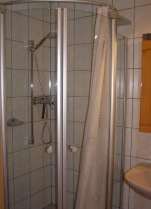 Dusche mit 2 Waschbecken,