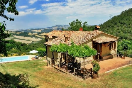 Cozy cottage situated on the hilltop, with pool. - San Dalmazio - House