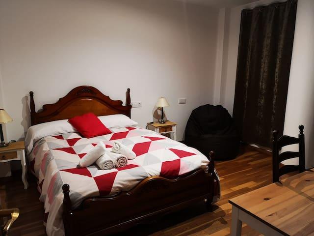 Habitación con cama doble y baño compartido