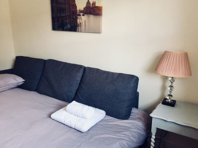 Cosy Bedroom close to city centre