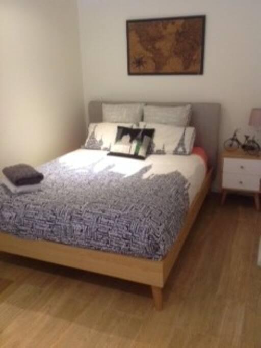 City highlights queen bedroom